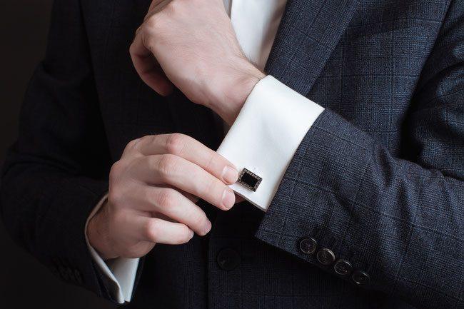 Bräutigam bereitet seinen Anzug vor