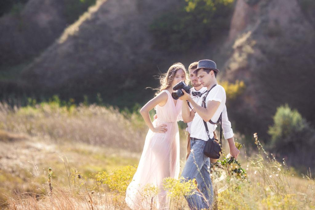 Hochzeitsfotograf sichtet Bilder mit Brautpaar