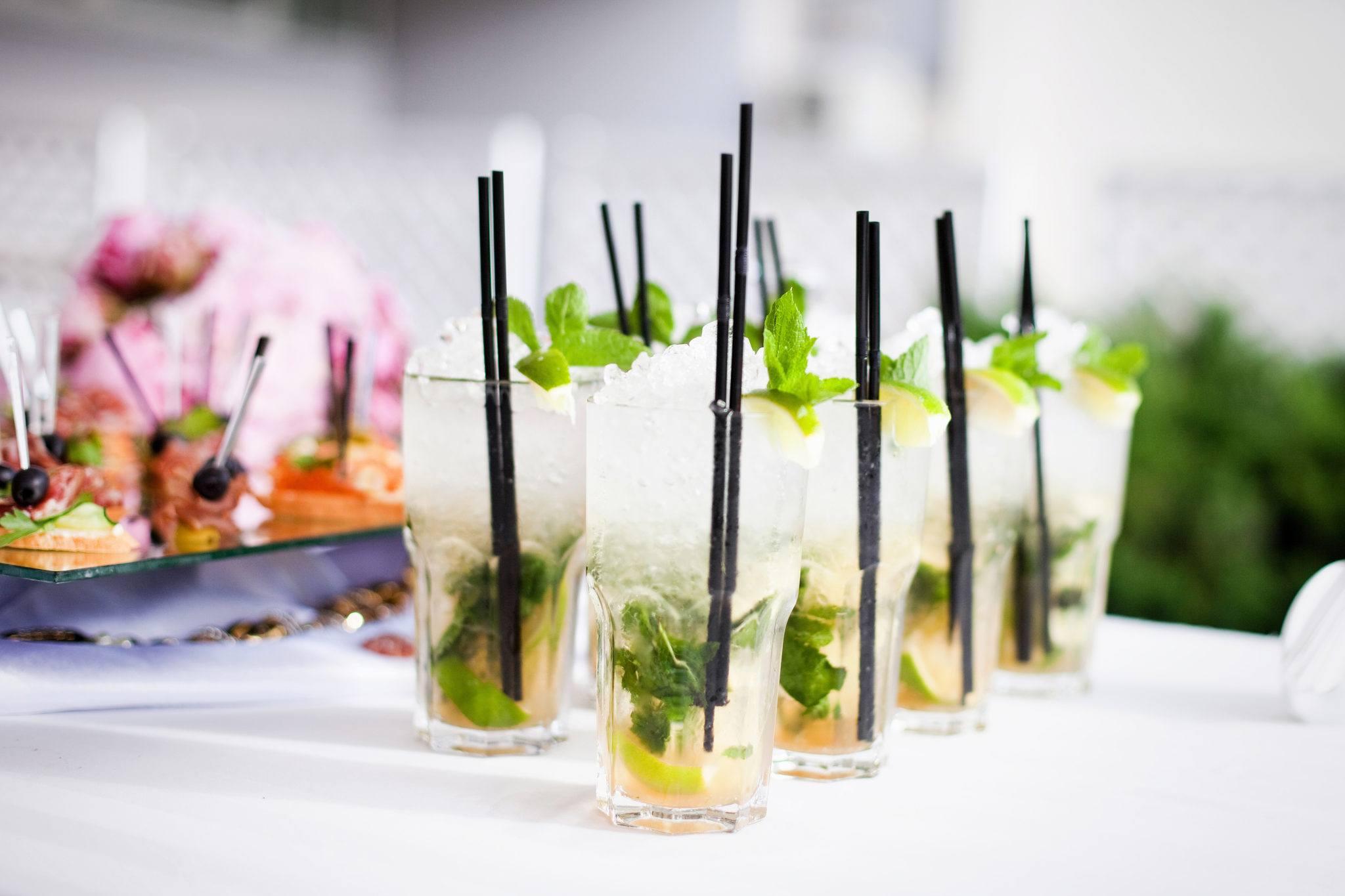 Meine Hochzeit. Mein Tag. Sektempfang mit Cocktails auf dem Tisch