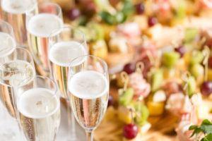 Meine Hochzeit. Mein Tag. Sektempfang Sektgläser mit Fruchtspießen